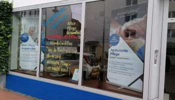 Ein Ladengeschäft im Erdgeschoss. An die Fenster wurden die Termine geschrieben, die auch im Artikeltext vorkommen.