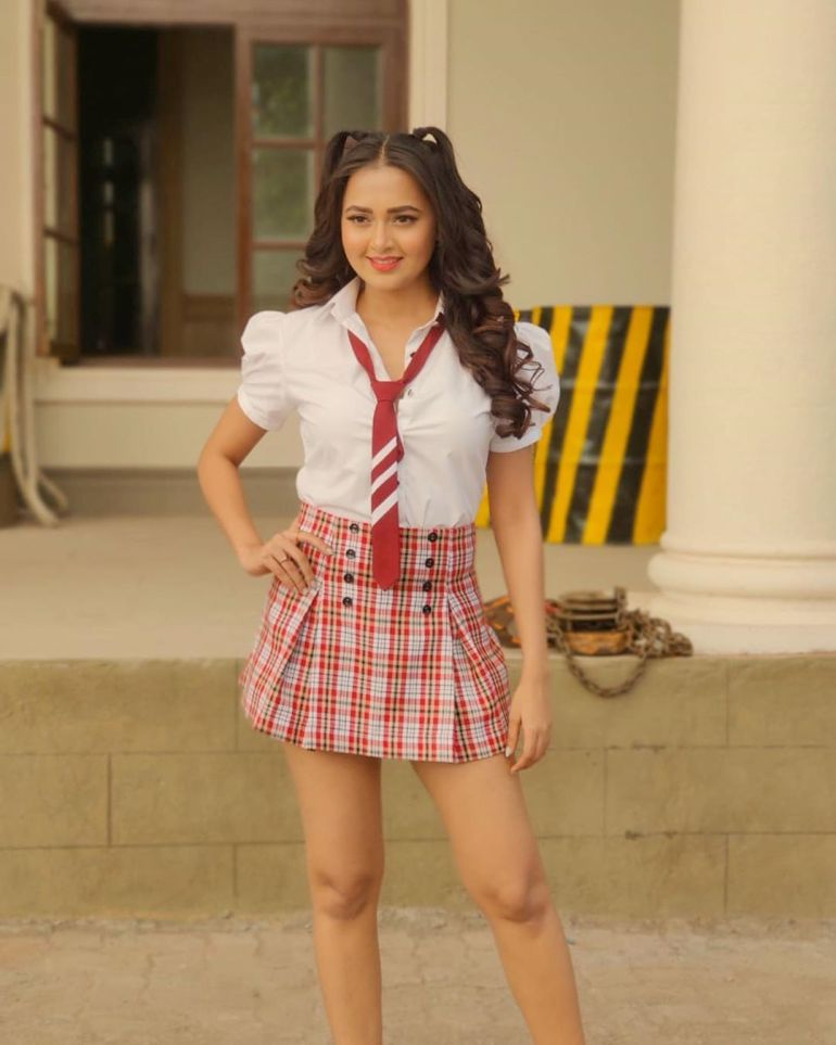 Which Indian actresses look Glamorous in school uniform? 140