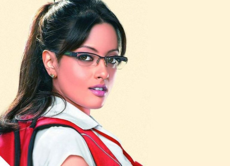Which Indian actresses look Glamorous in school uniform? 138