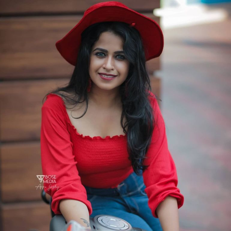 Sadhika Venugopal Wiki, Age, Biography, Movies, and Beautiful Photos 112