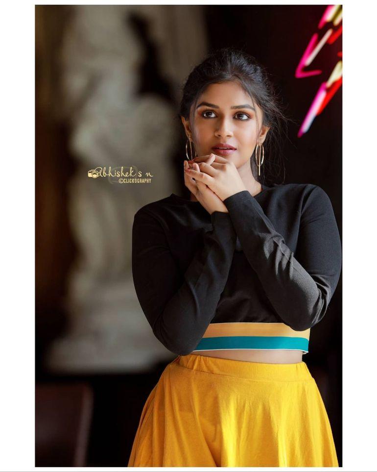 21+ Beautiful Photos of Sanjana Anand 124