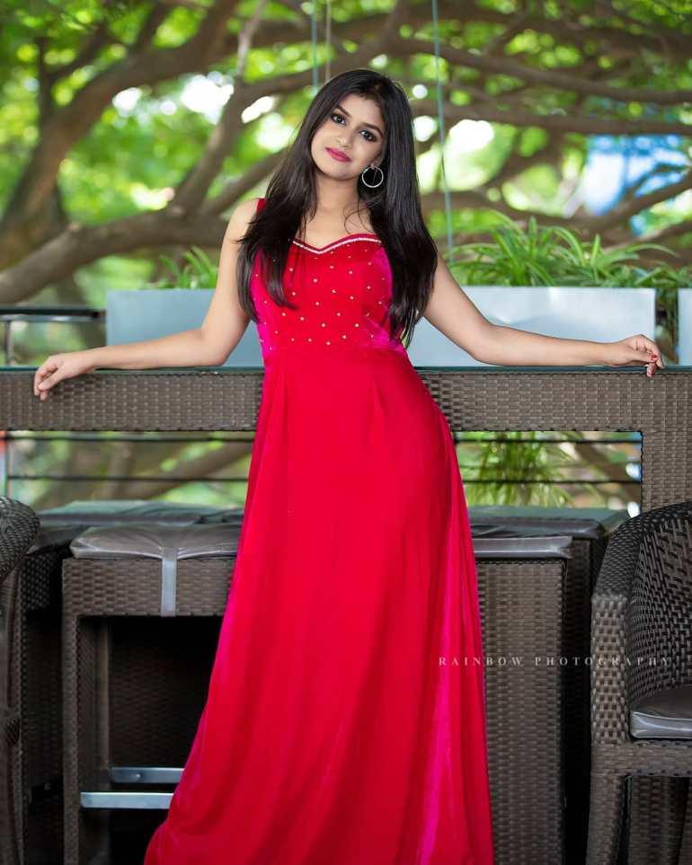 21+ Beautiful Photos of Sanjana Anand 108