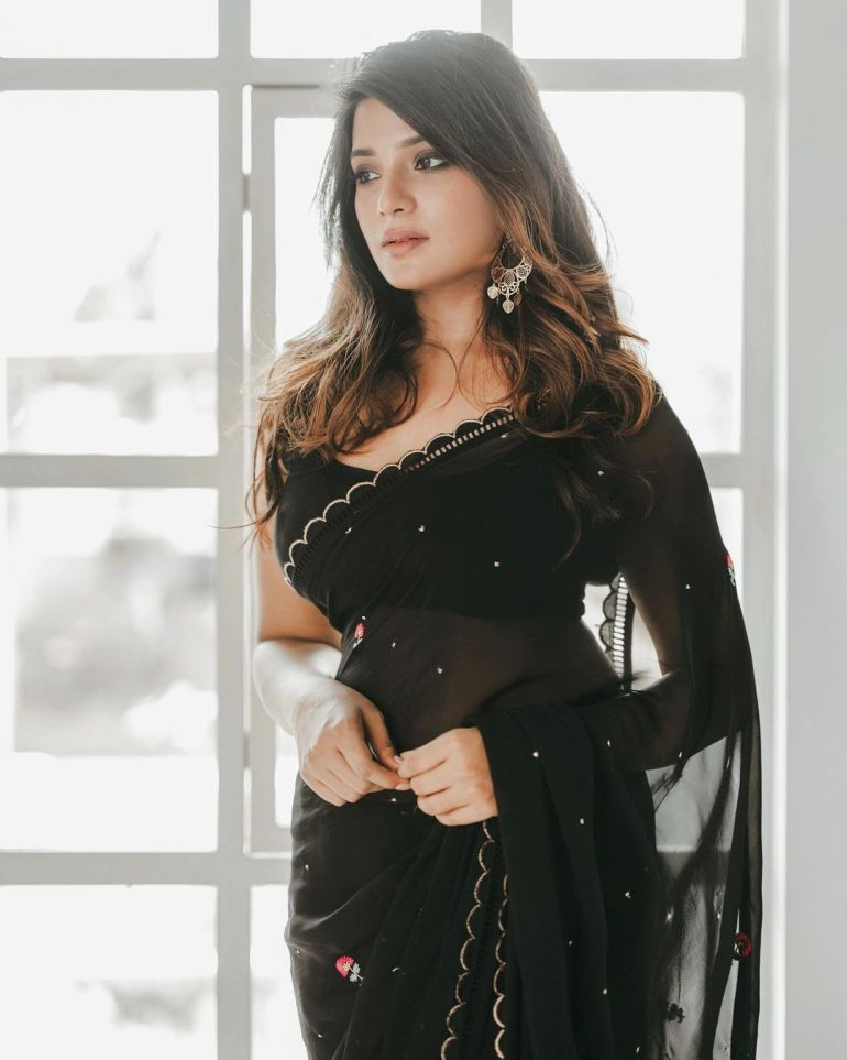 Aathmika Wiki, Age, Biography, Movies, and Stunning Photos 103