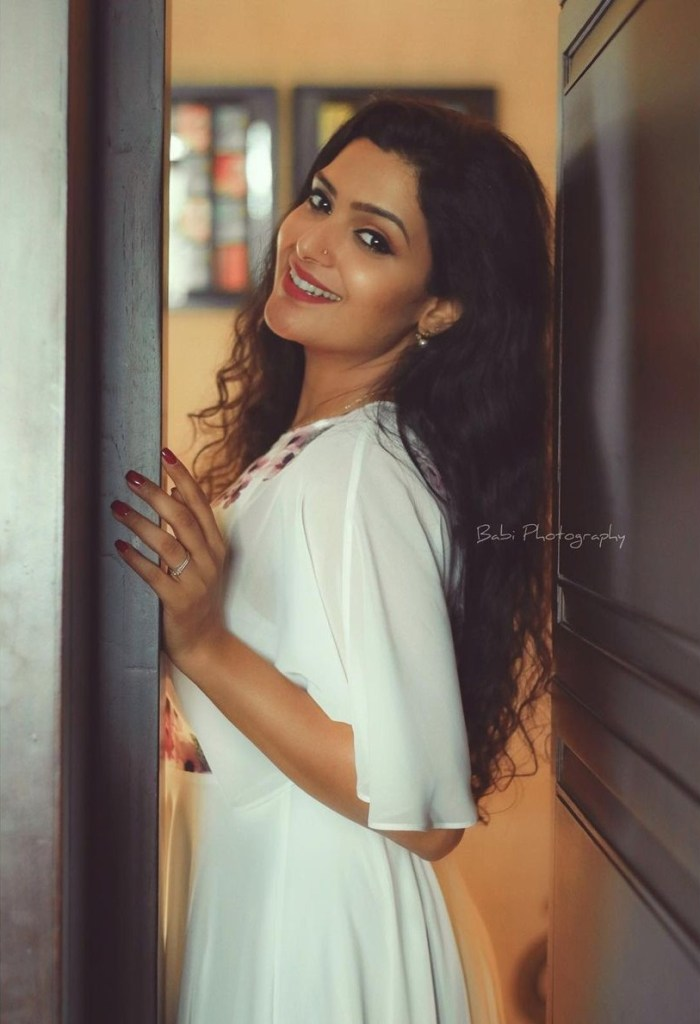 Divya Pillai Wiki, Age, Bio, Movies, Husband, and beautiful Photos 120