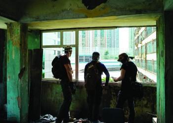 Membros do projeto HK Urbex documentam o interior de um edifício em Hong Kong, China, 10 de junho de 2017. Na cidade dos arranha-céus um grupo de jovens exploradores, membros do projeto HK Urbex, tem vindo a documentar, em fotos e vídeo, o interior dos muitos edifícios abandonados – históricos e não só – na tentativa de os inscrever na memória coletiva de Hong Kong. Hong Kong. (ACOMPANHA TEXTO DE 28 DE JUNHO DE 2017). CARMO CORREIA/LUSA