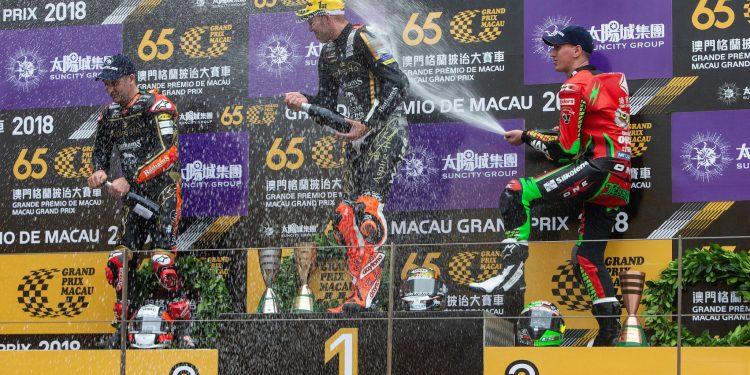 O britanico Peter Hickman celebra após ter sido o grande vencedor, o segundo lugar foi ganho por Michael Rutter seguido do tambem britanico Martin Jessopp na 65ªedição do Grande prémio de Macau que está nas ruas de Macau, e teve lugar hoje a 52ª Corrida Internancional de mot CARMO CORREIA/LUSA