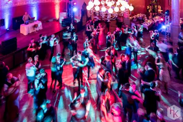 Gruppe von Personen beim Standard-Tanz