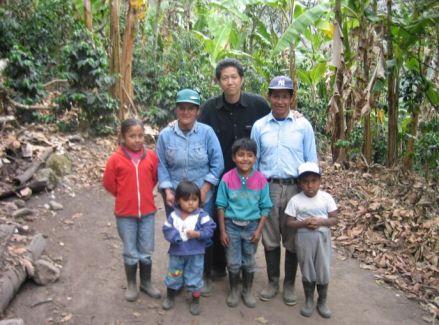 エクアドルの農民一家と中村