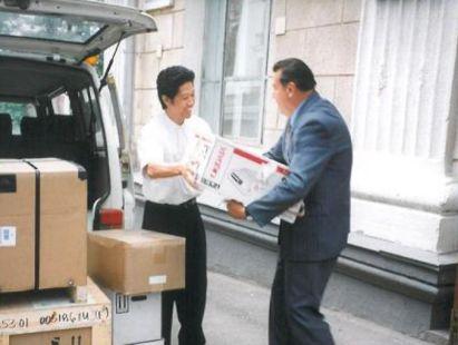ベラルーシ赤十字総裁のアントン・ロマノフスキーに支援物資を送る