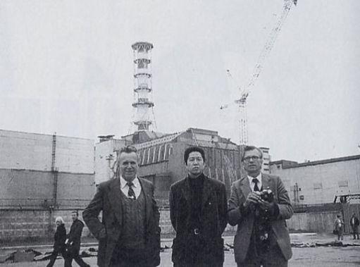 チェルノブイリ原発4号炉の前で中村と現地の医療支援関係者