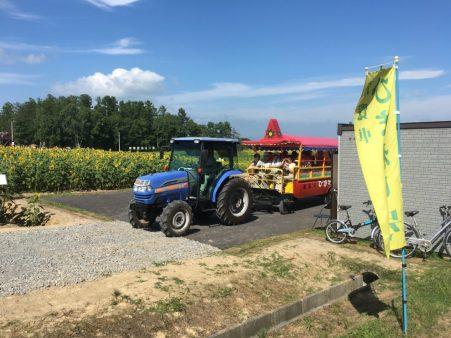 北竜町ひまわりの里のトラクター遊覧車