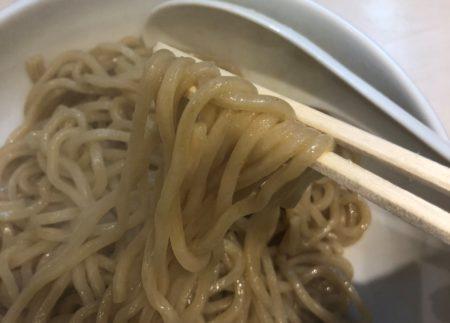 けせらせらのつけ麺の麺を箸で持った