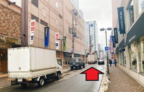 ピヴォと4プラのビルの間の道 メンズクリア北海道札幌店の方向へ矢印