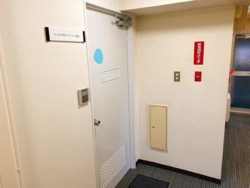 エレベーターからすぐ出て、さっぽろ美容クリニックの大通院の前