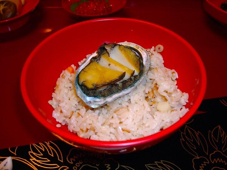 「藩主料理」の一品、松前の名産蝦夷アワビを使った炊き込みごはん「あわび飯」