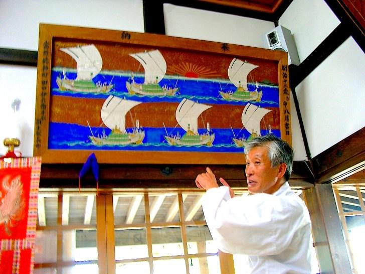 姥神大神宮の藤枝宮司が奉納された船絵馬を解説