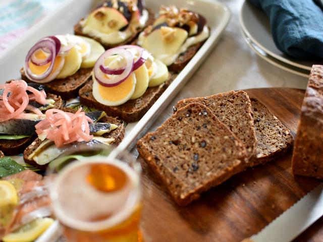 デンマークのライ麦パン、ルブロでスモーブロー