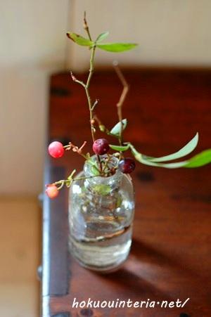 ブルーベリーをアンティークな小瓶に飾る