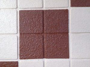 石畳風に施工したアスキットの表面写真と、タイル上にデザインを施したアートの 表面写真