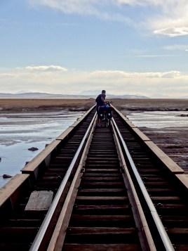 einziger Weg über den Fluss, die Eisenbahnbrücke