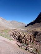 oft parallel zur ehemaligen Eisenbahnlinie über den Paso Bermejo