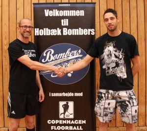 Jens Albagaard (tv) byder Jannick Mortensen (th) velkommen som ny herretræner i Holbæk Bombers