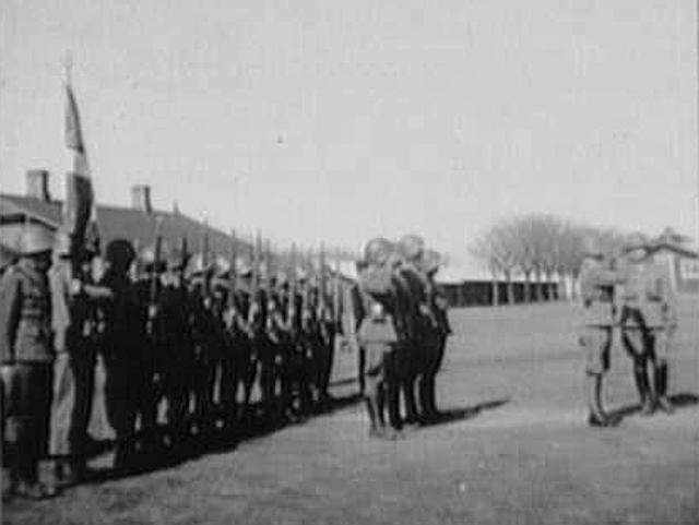 Oberst Bennikes styrke efter den er blevet interneret i Ljungbyhedlejren ved Helsingborg. Til højre ses Oberst Bennike. Foto: Nationalmuseet.