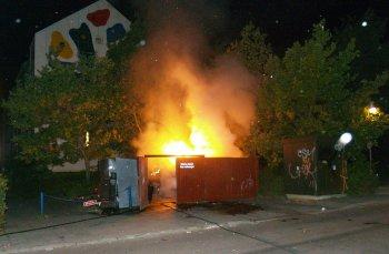 Ild i container i Ladegårdsparken. Foto: Rolf Larsen