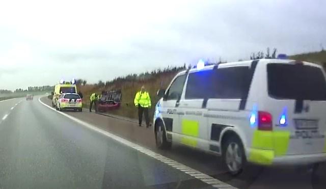 Bilen endte på taget, da føreren ville udvige rådyr på Holbæk motorvejen. Dashcam foto: Morten Sundgaard