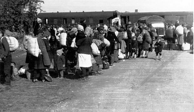 Tyske flygtninge fra Østpreussen ankomer til Meldorf station i Slevsvig-Holsten. Foto: Bundesarchiv, Bild 146-1987-058-08 / CC-BY-SA.