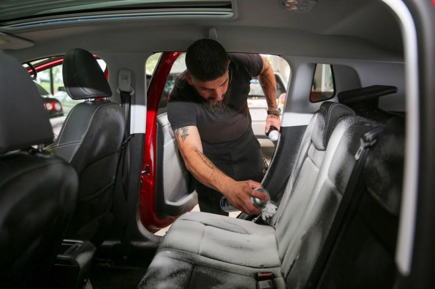 A.T. Bilplejecenter rengører biler udvendigt såval som invendigt.