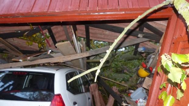 Mandagens storm væltede et træ nedover garage og bil. Foto: Jesper von Staffeldt.