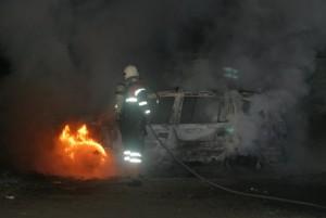 En bil udbrændte i nat ved svømmehallen. Foto: Freelancefotografen.dk