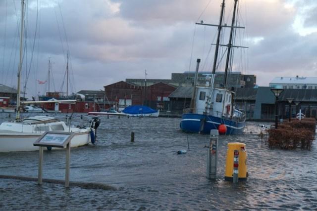 Sådan så det ud, da stormfloden Bodil satte Holbæk Gl. Havn under vand. Arkivfoto: Michael Johannessen.