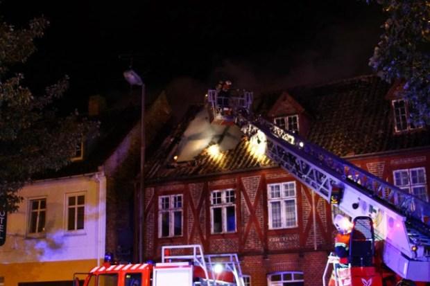 Brandvæsnet måtte i nat rykke ud til en brand i denne bygning på Jernbanevej. Foto: Skadestedsfotograf.dk - Johnny D. Pedersen.