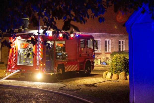 Lørdag aften måtte brandfolkene slukke en brand i en ladvogn ved denne ejendom. Foto: Michael Johannessen.