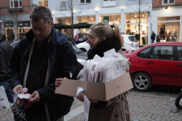 Der var rig mulighed for at snakke politik og svare på spørgsmål. Foto: Rolf Larsen.