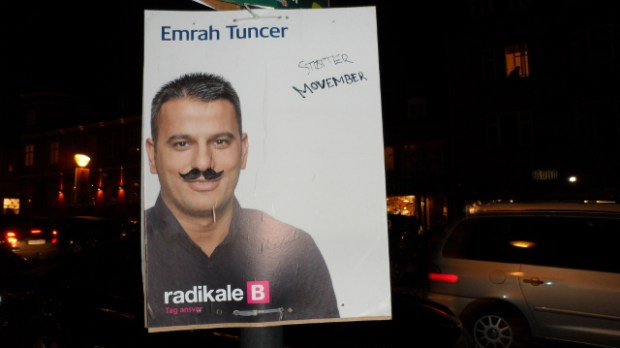 En vittig person har tegnet overskæg på Emrah Tuncer - og samtidig sat fokus på mænds sundhed. Foto: Rolf Larsen.