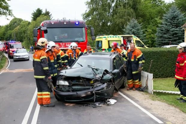 To personer blev kørt til tjek på Holbæk Sygehus efter et færdselsuheld ved Mørkøv. Foto: Michael Johannessen.
