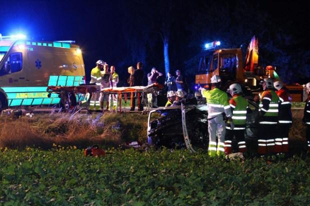 To blev dræbt og en er i livsfare efter et voldsomt færdselsuheld lørdag aften. Foto: Skadestedsfotograf.dk - Johnny D. Pedersen.