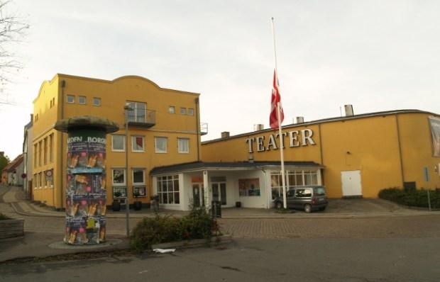 Flaget var på halvt foran Holbæk Teater i dag. Foto: Rolf Larsen.