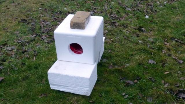 Med dette simple 'kattehus' kan man hjælpe en herreløs kat i den kolde vintertid. (Læserfoto).
