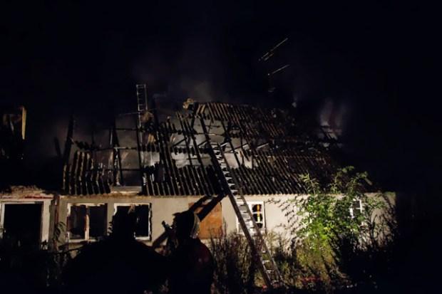 Fredag aften udbrød der brand i denne gård på Kisserupvej. Foto: Michael Johannessen.