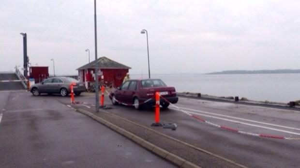 Sådan kan der se ud ved Orø havn kl. 9.30 , hvor der indtil for et par år siden altid var fyldt godt op med biler , når det store pensionisttræf satte kurs mod Holbæk by og Mega-centerets fristelser. I dag ser man til gengæld mange biler på parkeringspladsen på Orø Havn