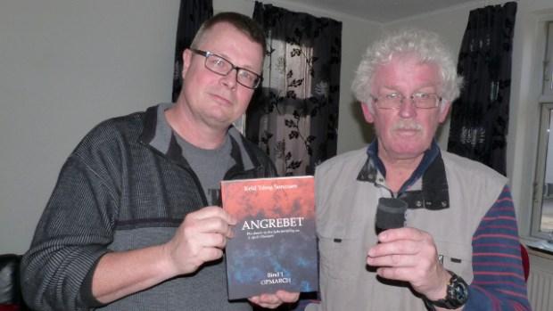 Keld Yding Sørensen (tv) har i sin bog genskabt besættelsen minut for minut. Her interviewes han af vor medarbejder Jesper von Staffeldt.