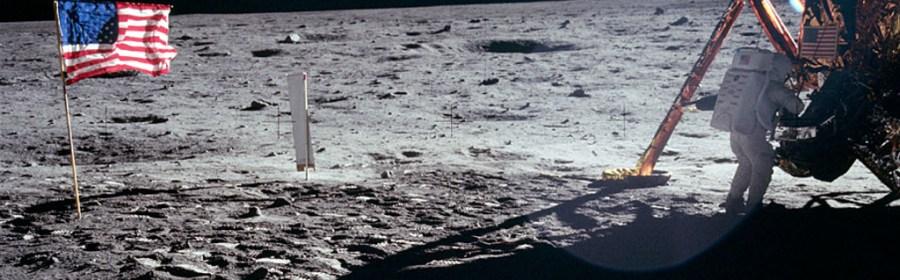 """Neil Armstrong ved landingsmodulet """"Ørnen"""" efter landingen på Månen. Foto: NASA."""