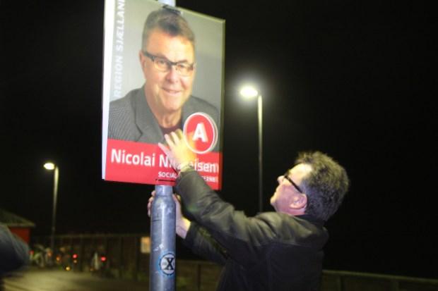 """""""Ham der på plakaten, kan jeg godt anbefale"""" -  synes regionrådskandidat Nicolai Nicolaisen at tænke. Foto: Jesper von Staffeldt."""