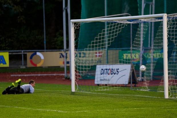 Bolden fløj direkte i FC Helsingørs mål, da Patrick Juhl bragte Nordvest FC foran 2-0. Foto: Michael Johannessen.