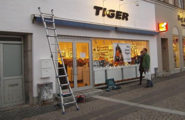Sidst på eftermiddagen tirsdag kom Tiger-skiltet op på facaden. Foto: Rolf Larsen.