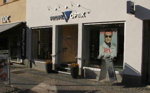 c4d3b5fbd258 Tyve smadrede i nat en rude i indgangspartiet hos Profil Optik og stjal  solbriller. Foto  Rolf Larsen.